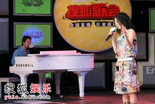 图:李泉助阵赵薇搜狐歌会 亲自弹钢琴