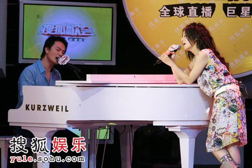 图:李泉助阵赵薇搜狐歌会 两人深情对唱