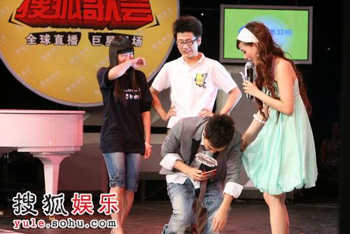 图:赵薇搜狐歌会 歌迷上台做游戏