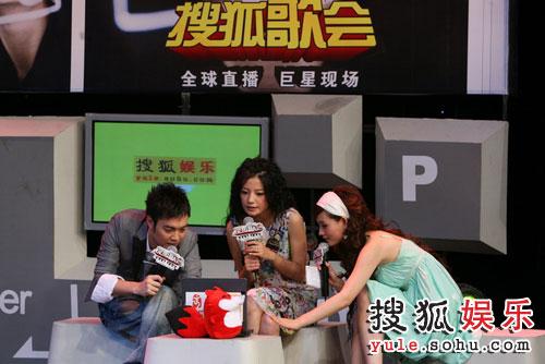 图:赵薇搜狐歌会 与小狐狐一起游戏