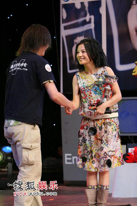 图:赵薇搜狐歌会 与歌迷握手