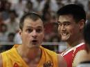 图文:[男篮]中国VS墨尔本老虎 姚蜜露出微笑