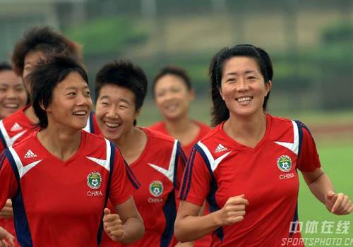 图文:[女足]多家军武汉备战 全队快乐训练