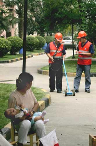 巡线保安全     为确保天然气管线输气安全,天然气公司工作人员每天在西安的大街小巷巡查管线,预防天然气泄漏并及时处理各种安全隐患