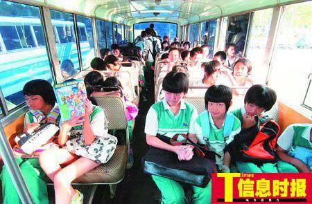 这辆限座45人的校巴既没有漆上统一的校巴黄,还超载至64人。