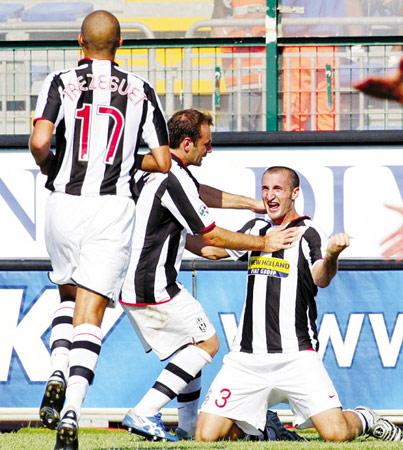 图为尤文图斯队球员基耶利尼(右)与队友庆祝进球。