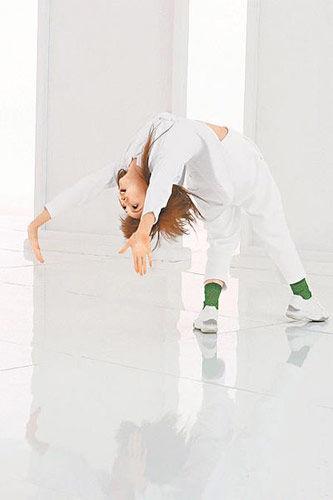 杨丞琳大幅度动作,玩铁板桥