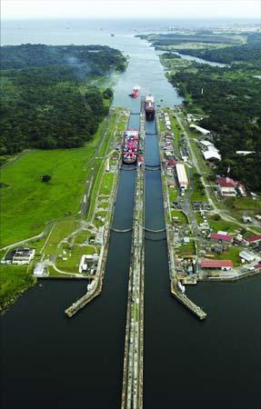 资料图片:繁忙的巴拿马运河。