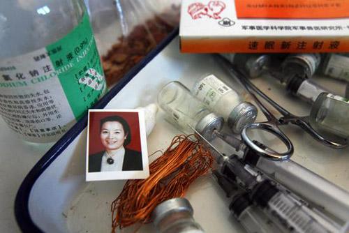 刘小容为小狗准备的碗和筷子,边上是安乐死用的针管和药。