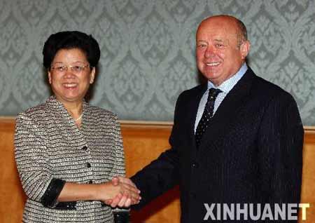 9月4日,俄罗斯总理弗拉德科夫(右)在莫斯科会见到访的中国国务委员、中俄人文合作委员会中方主席陈至立。 新华社记者沈伯韩摄