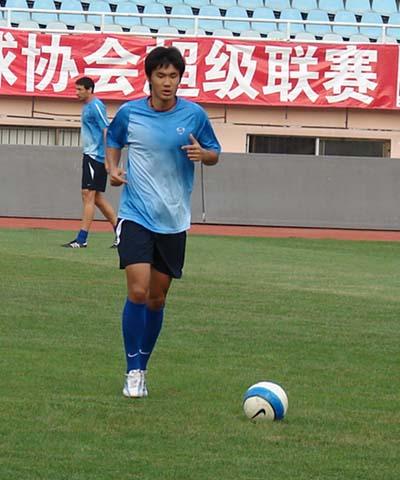 图文:[中超]陕西队青岛训练 万厚良轻松备战