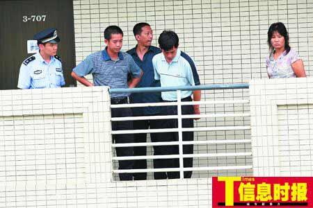 昨日下午,警察和校方人员以及死者家属一起来到事发宿舍楼调查情况。