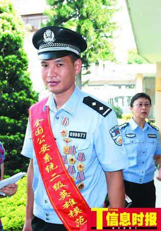 昨日,许志伟被授予全国公安系统的二级英模称号。他在同事眼中是个嫉恶如仇、英勇善战的好队长。景国民 摄
