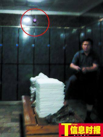 桑拿中心男更衣室装有摄像头,自称为保护顾客财物安全,但顾客觉得侵犯隐私,担心资料外泄。任传富 邓少贤 摄