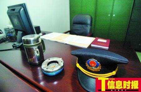 李志军办公桌上的物品被队友摆得整整齐齐。
