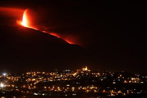 9月4日,位于意大利西西里岛的埃特纳火山喷出熔岩。