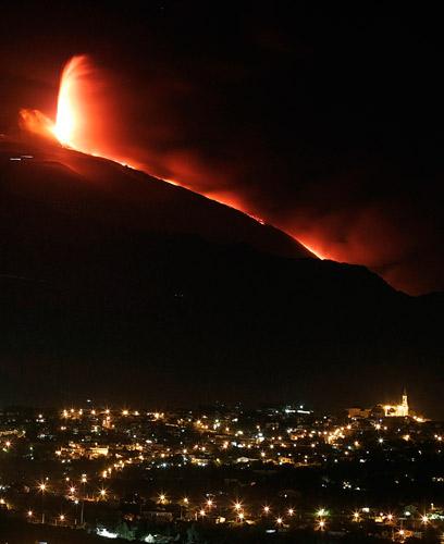 意大利埃特纳火山开始喷发(组图)