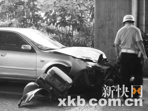 ■残疾人摩托车被撞成两截。陈海生 王吕斌/摄