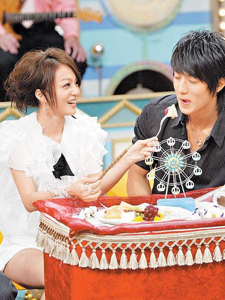 张韶涵贴心喂吴尊吃蛋糕。