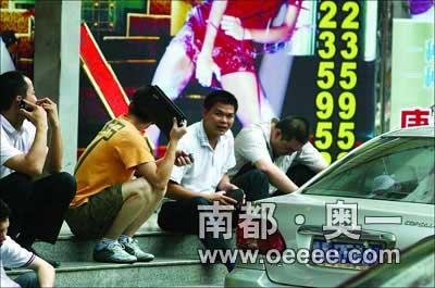 几名当事协管员蹲在路边,看见记者的镜头对准他们,扭头回避。 本报实习生 王子荣记者吴峻松摄