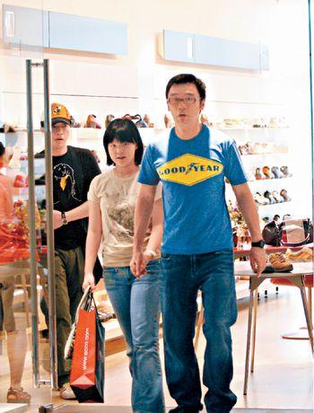 钟镇涛付款后和女儿钟嘉湄,手牵手齐步出商店