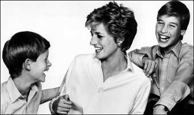 童年的威廉和哈里与母亲在一起