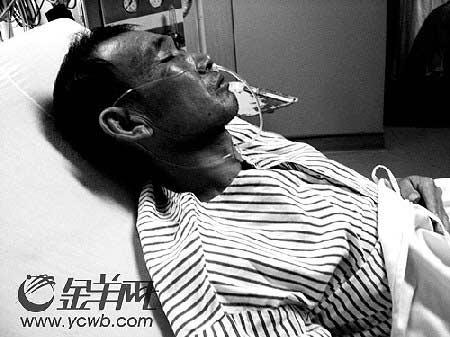 图:受伤的万先生正在医院接受治疗。黄学民/摄