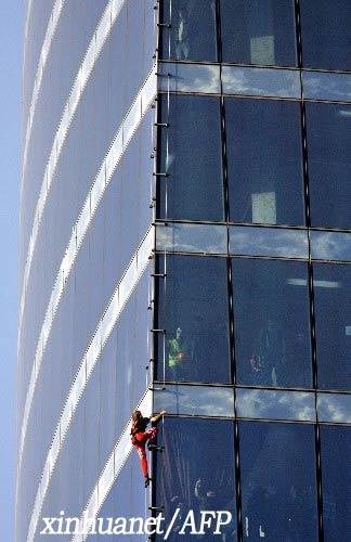 """9月4日,法国""""蜘蛛人""""阿兰·罗伯特在俄罗斯首都莫斯科攀爬一座240多米高的大楼。"""