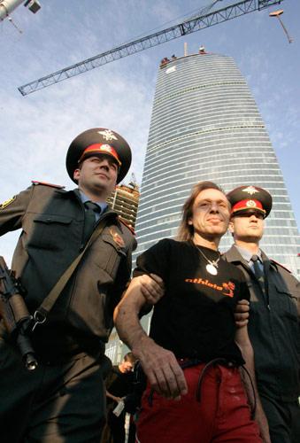 """9月4日,在俄罗斯首都莫斯科,法国""""蜘蛛人""""阿兰·罗伯特(中)在爬上一座240多米高的大楼后被警方带走。"""