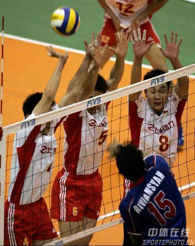 图文:亚锦赛中国队3-2险胜印尼 三人拦网也不行