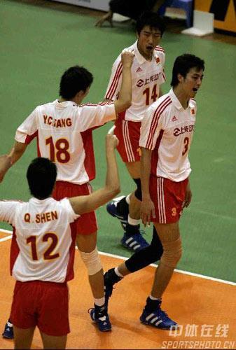 图文:亚锦赛中国队3-2险胜印尼 中国队欢庆胜利