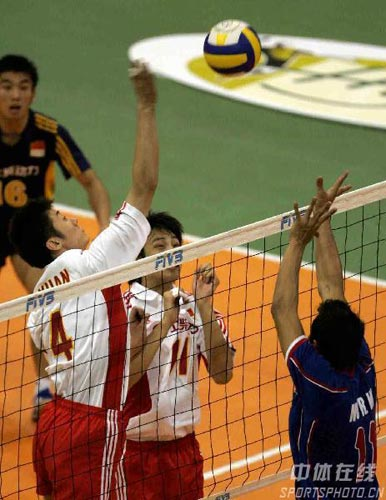 图文:亚锦赛中国队3-2险胜印尼 印尼队举手投降