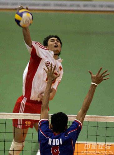 图文:亚锦赛中国队3-2险胜印尼 方颖超大力扣球