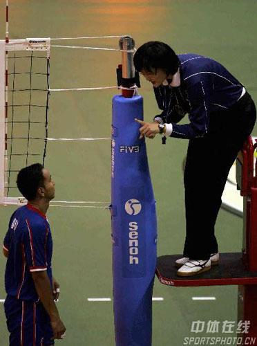 图文:亚锦赛中国队3-2险胜印尼 裁判给予他警告