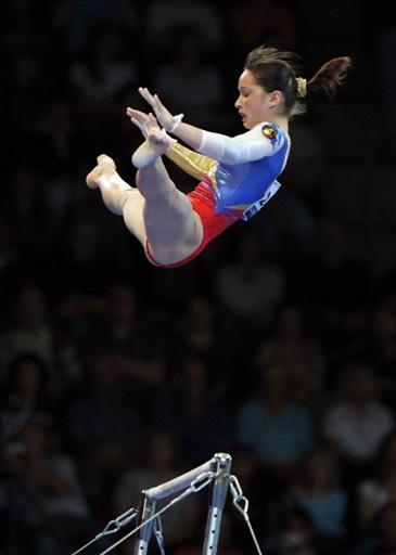 图文:世锦赛女团决赛高低杠 体操名将尼斯特