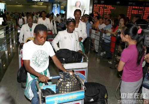 图文:[世界杯]尼日利亚女足抵成都 抵达机场
