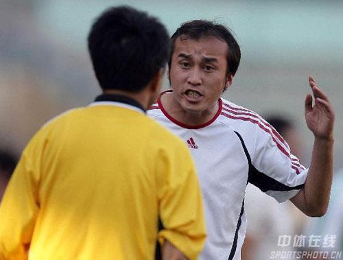 图文:[中超]大连实德1-1北京 陶伟质疑裁判