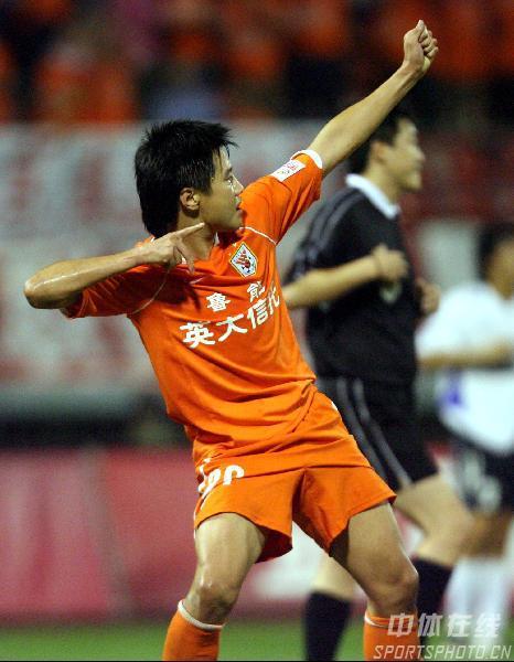 图文:[中超]山东鲁能2-0武汉 弯弓射雕