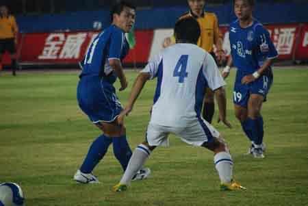 图文:[中超]厦门蓝狮VS上海 常琳比赛中防守