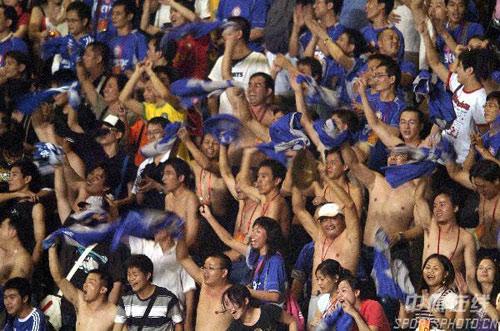 图文:[中超]深圳2-0河南建业 兴奋球迷