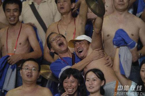 图文:[中超]深圳2-0河南建业 球迷走光