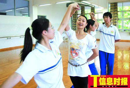 在广雅中学舞蹈室,谭老师教学生练集体舞。