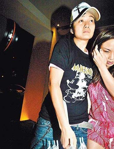 """王心凌的""""好朋友""""吴立琪(左)与另一辣妹到场,镜头前有些无神"""