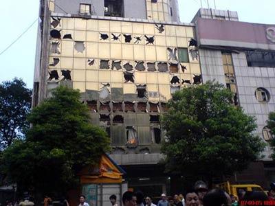 2007年9月5日,湖南株洲市爆炸事故现场的商业银行有许多玻璃被炸坏。图片来源:CFP