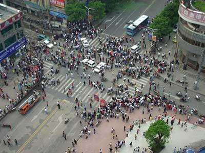 2007年9月5日,湖南株洲市爆炸事故现场的交通被中断。图片来源:CFP