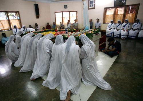 苹果 加尔各答/9月5日,印度加尔各答,信徒们举行仪式纪念特蕾莎修女逝世十...