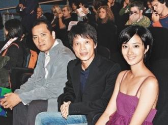 《最遥远的距离》水都首映,桂纶镁(右起)和导演林靖杰、男演员贾孝国盛装出席。