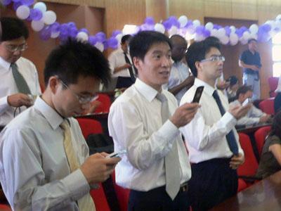 中国聋哑和日本_同学在用手机给聋哑儿童捐款
