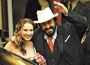 图:男高音歌唱家帕瓦罗蒂与妻子甜蜜照 - 1