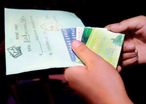 杨海玲的手里紧紧地攥着各种优惠卡